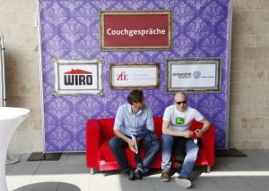 Das rote WIRO-Sofa lädt zu Couchgesprächen